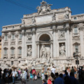 Fontana di Trevi -- mit einigen Touristen