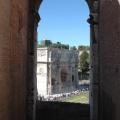 Konstantinsbogen -- Blick aus dem Kolosseum